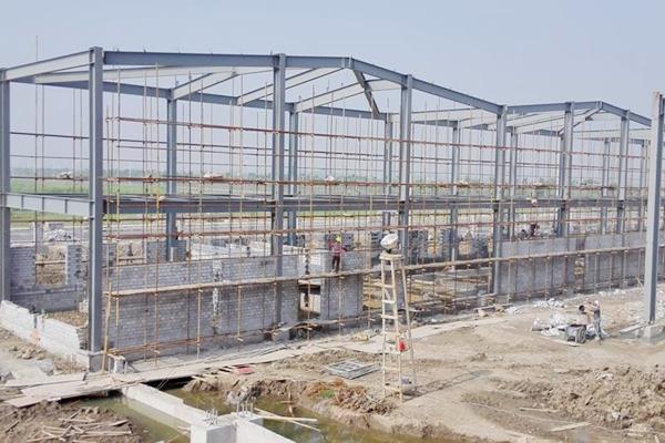 配料楼10米结构砼浇筑完成,一层脚手架拆除,18米结构施工中;配电房